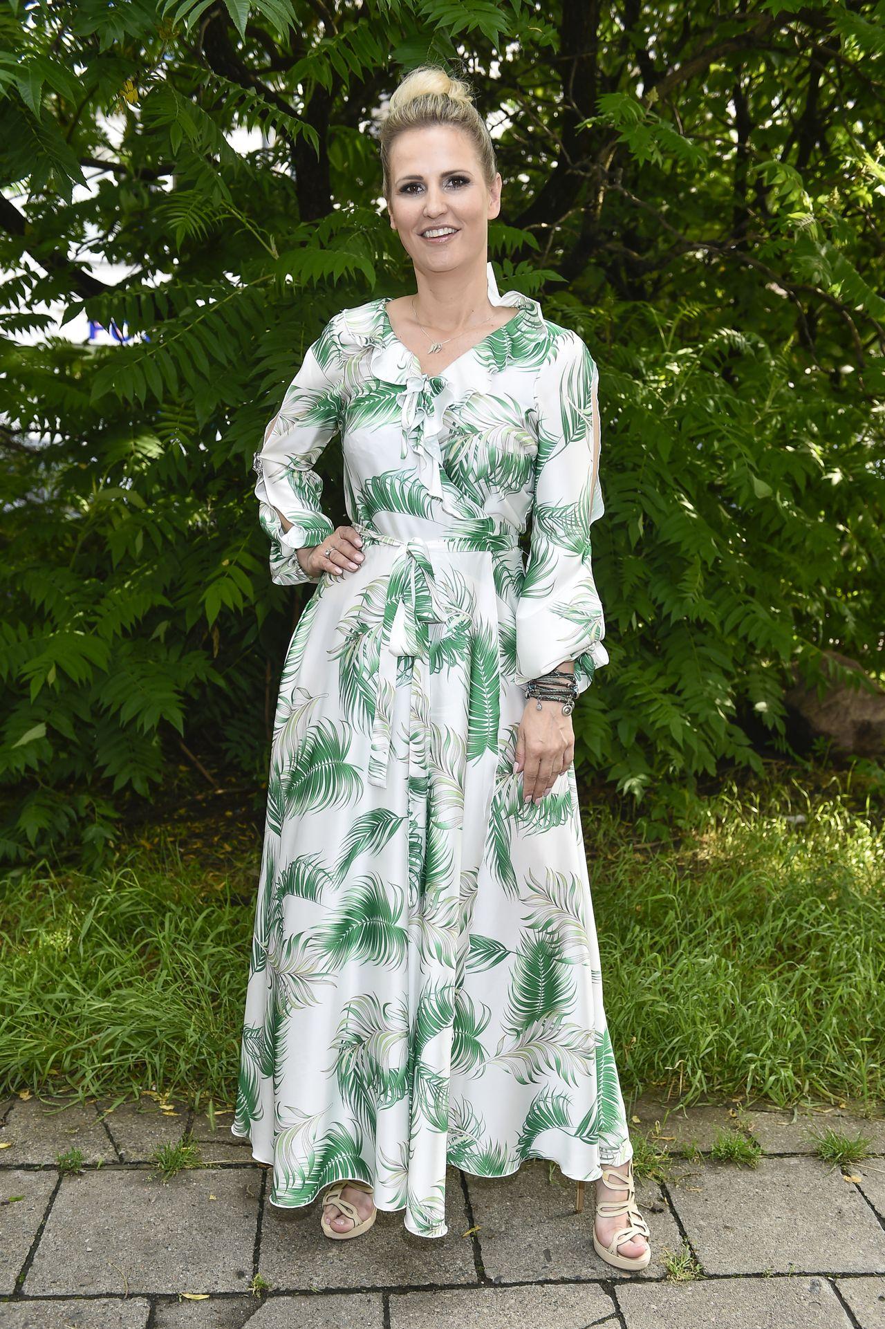 Dominika Tajner w kwiecistej sukience.