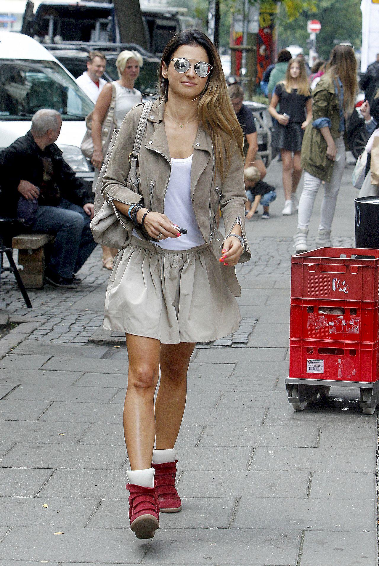 Anna Lewandowska w sneakersach na koturnie.