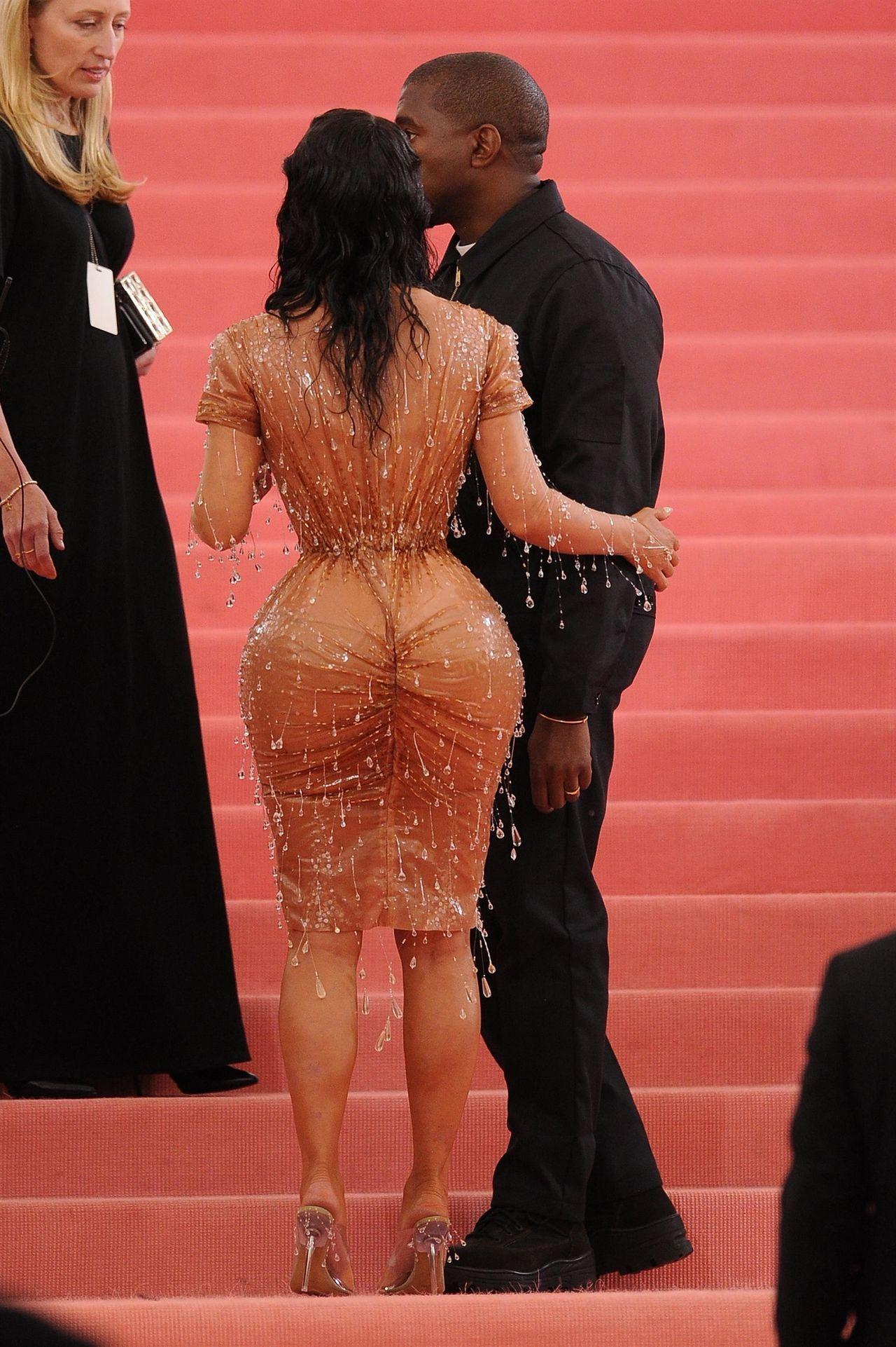 Kim Kardashian podczas Met Gali w 2019 w obcisłej sukience