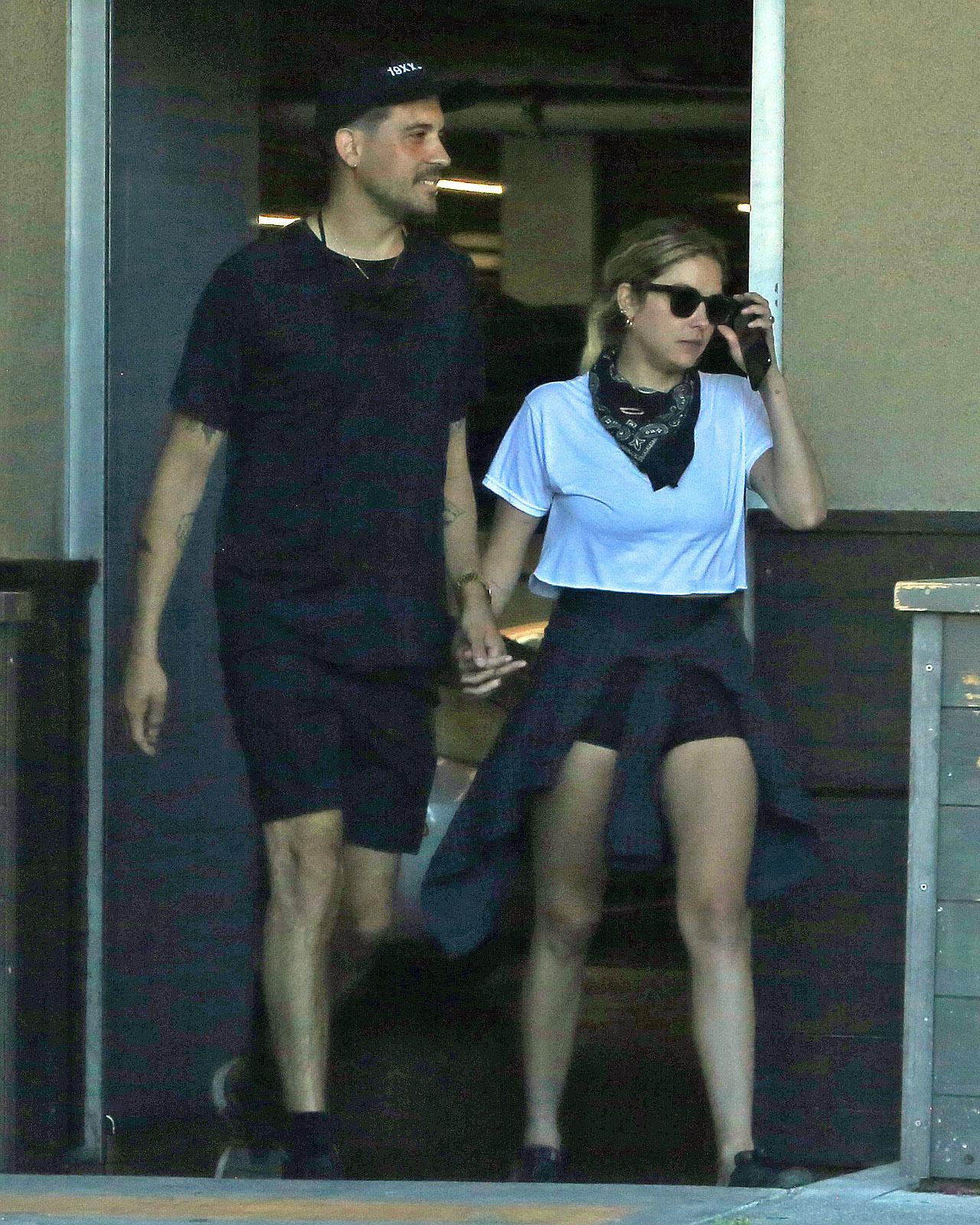 Ashley Benson i G-Eazy na spacerze trzymają się za rękę.