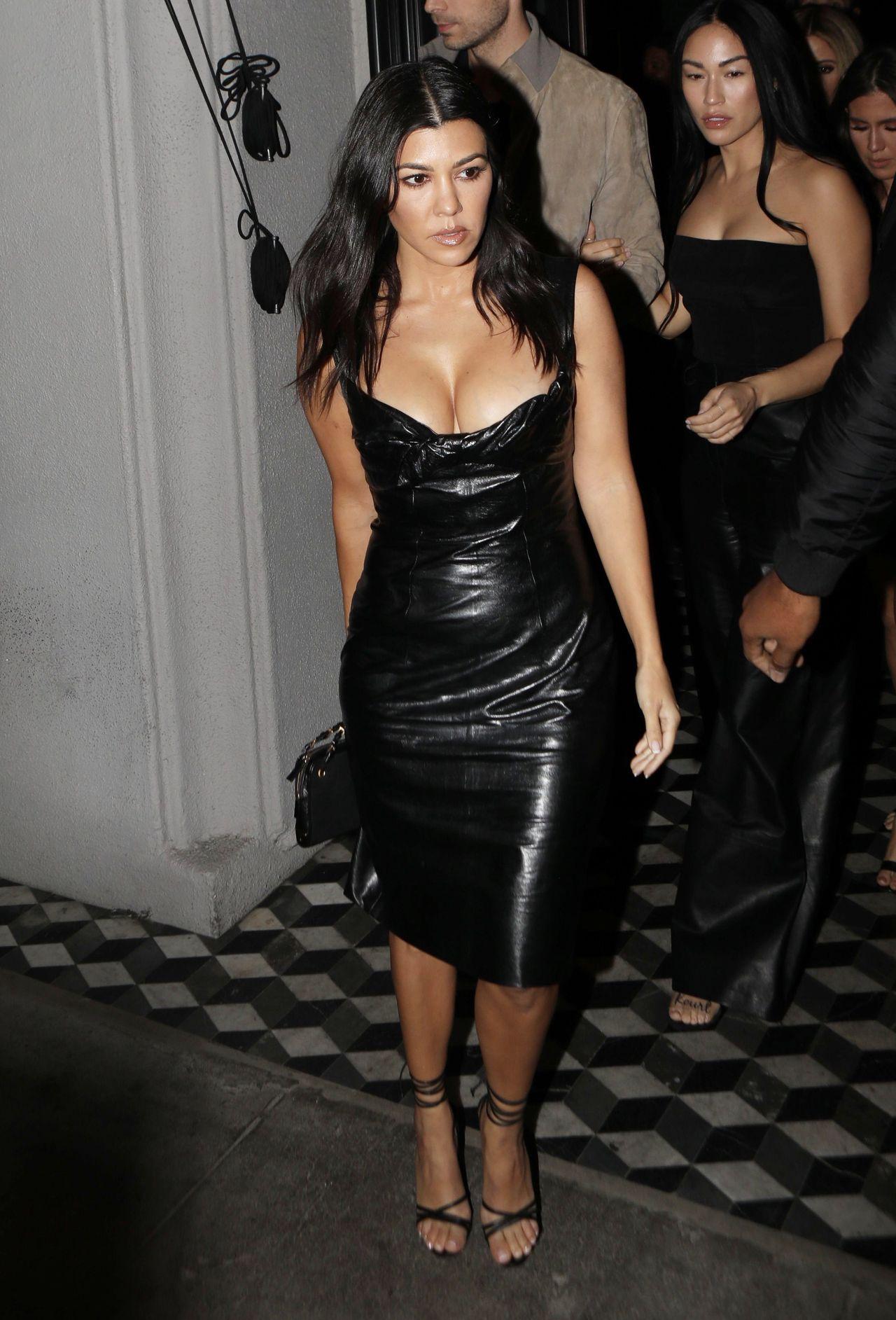 Kourtney Kardashian w seksownej, skórzanej sukience.