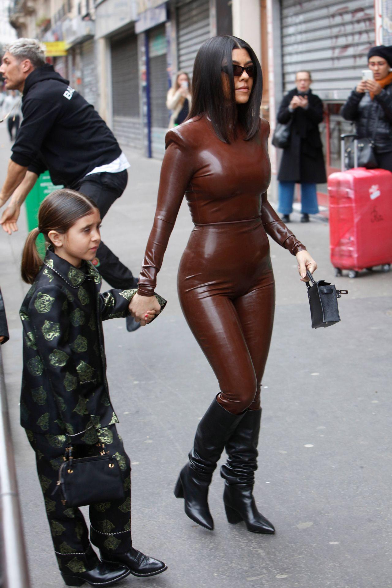 Kourtney Kardashian w lateksowym kombinezonie z córką Penelope w Paryżu.
