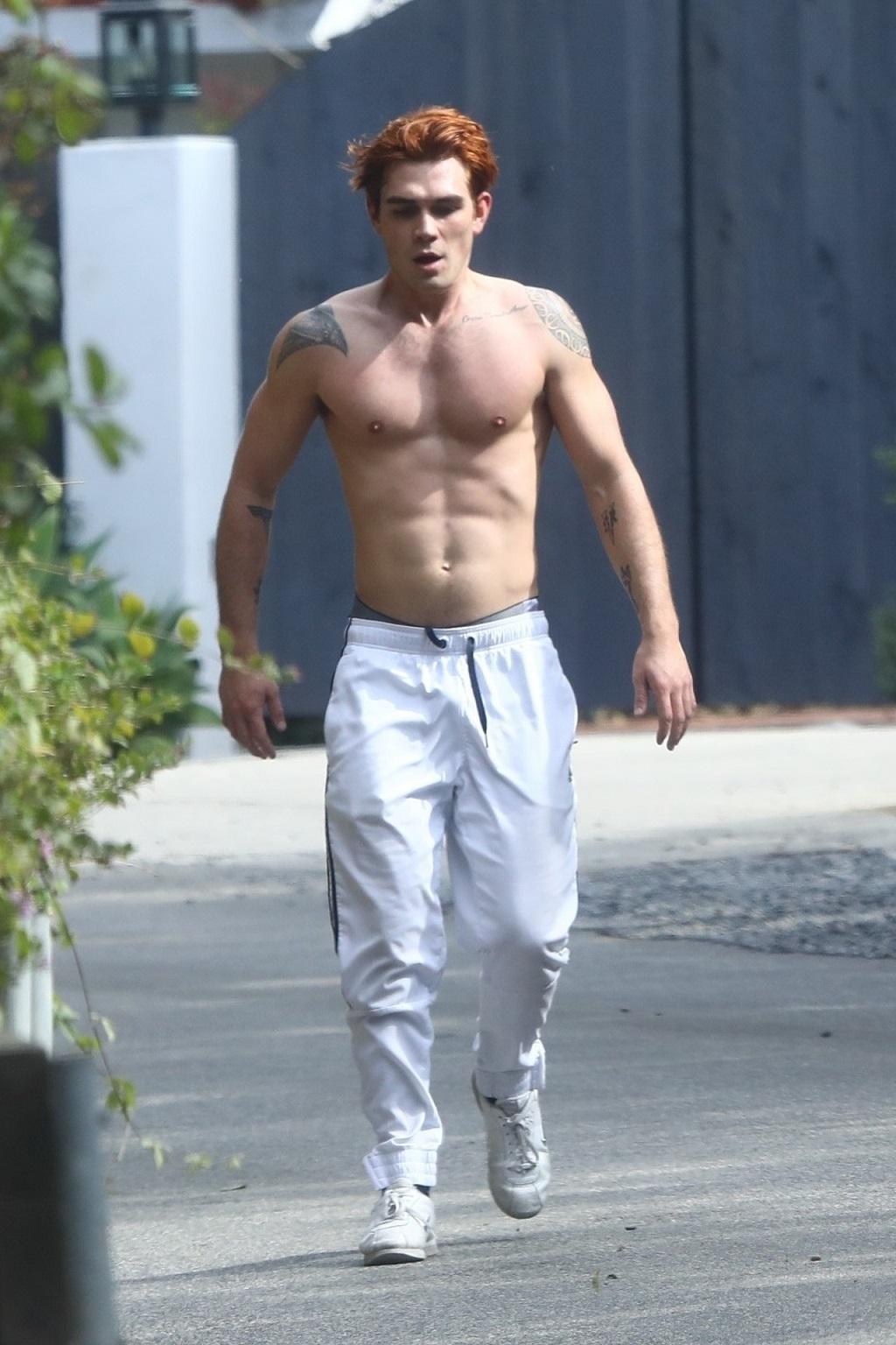 "Aktor ""Riverdale"" Kj Apa bez koszulki."