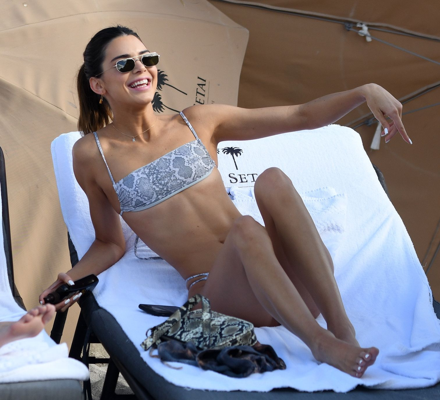 Kendall Jenner w bikini na plaży.