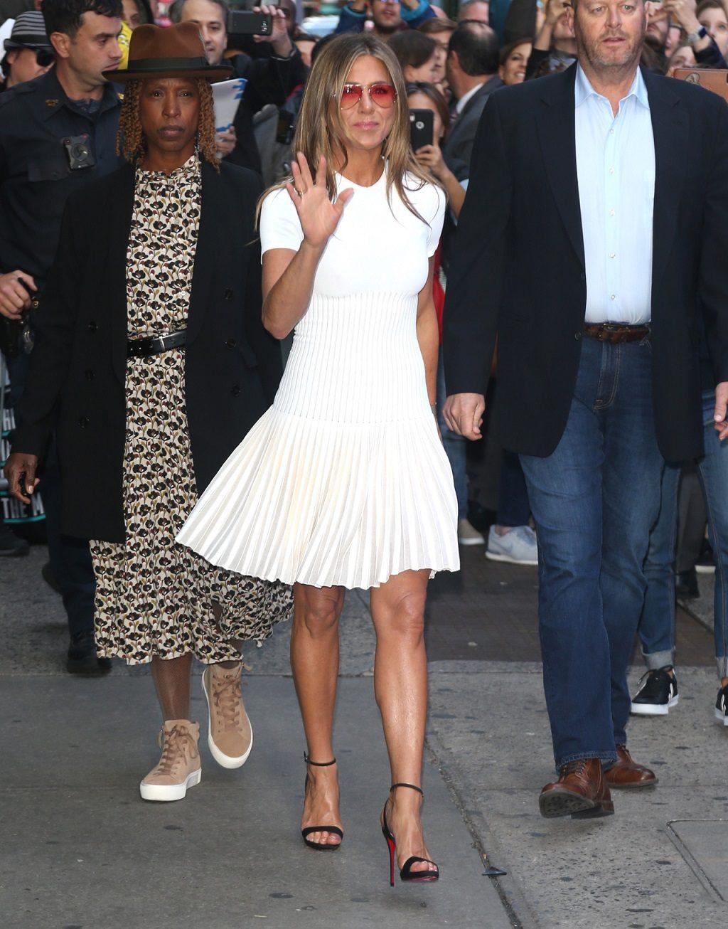 Jennifer Aniston w białej sukience.