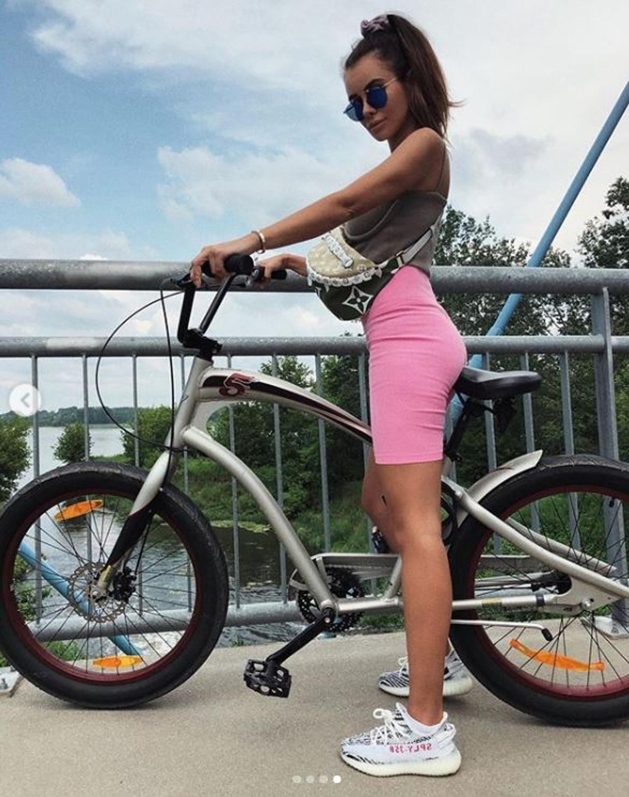 Natalia Siwiec pozuje na rowerze.