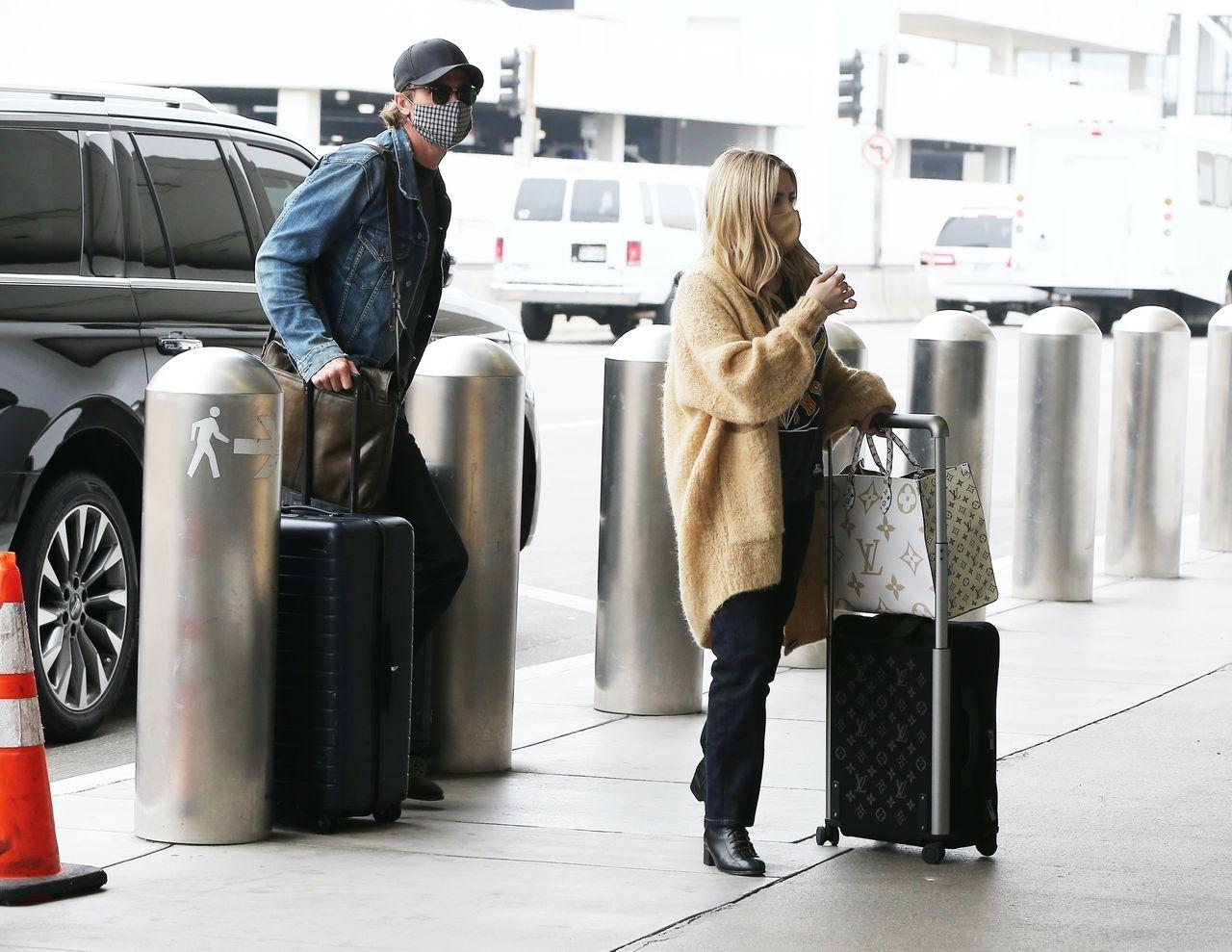 Emma Roberts i Garrett Hedlund na lotnisku