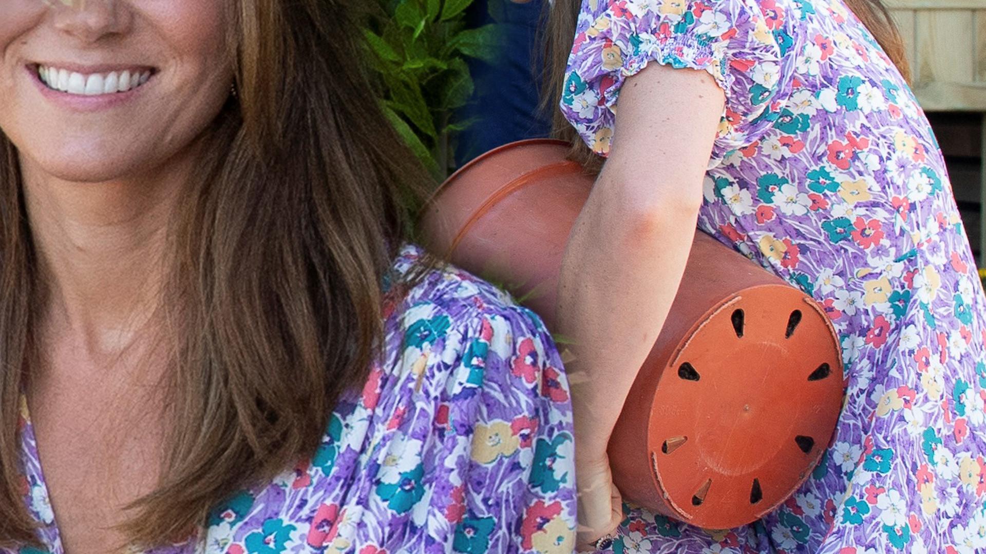 """Kate Middleton w modnej stylizacji sadzi kwiaty. Jej buty i sukienka to """"must have"""" lata"""