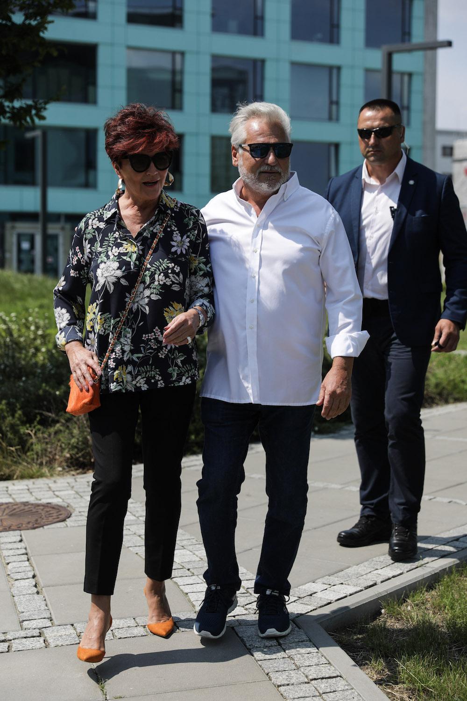 Aleksander i Jolanta Kwasniewcy przed lokalem wyborczym w Wilanowie. Fot. Andrzej Hulimka / Forum