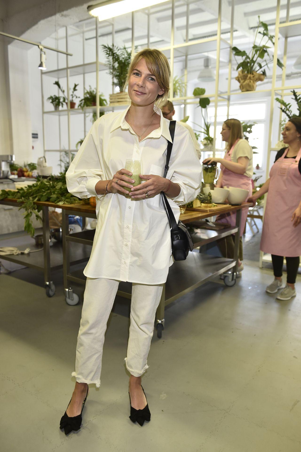 Marta Wierzbicka w jasnej stylizacji na otwarciu biznesu Lary Gessler.