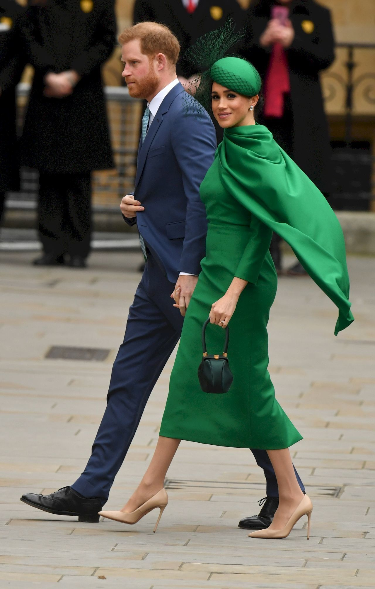 Meghan Markle i Harry idą w eleganckich strocjach
