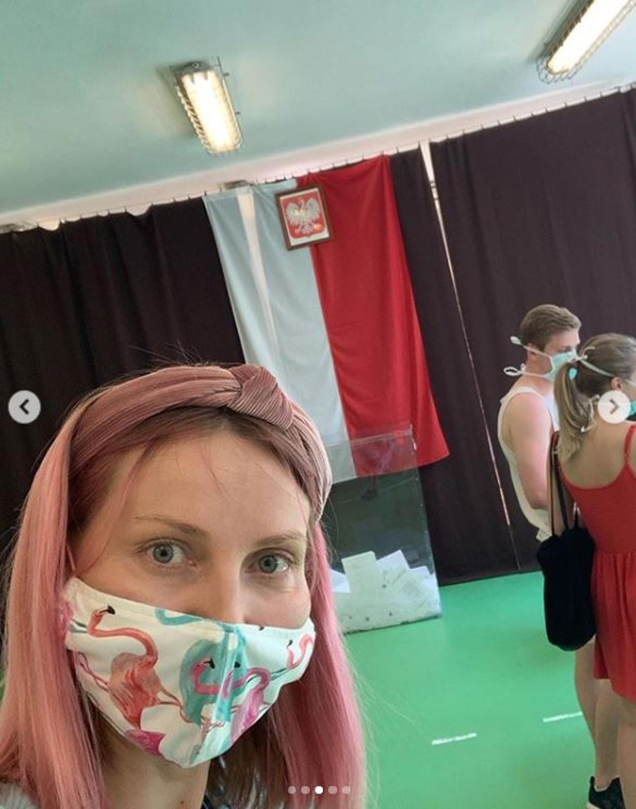 Joanna Moro w różowych włosach.
