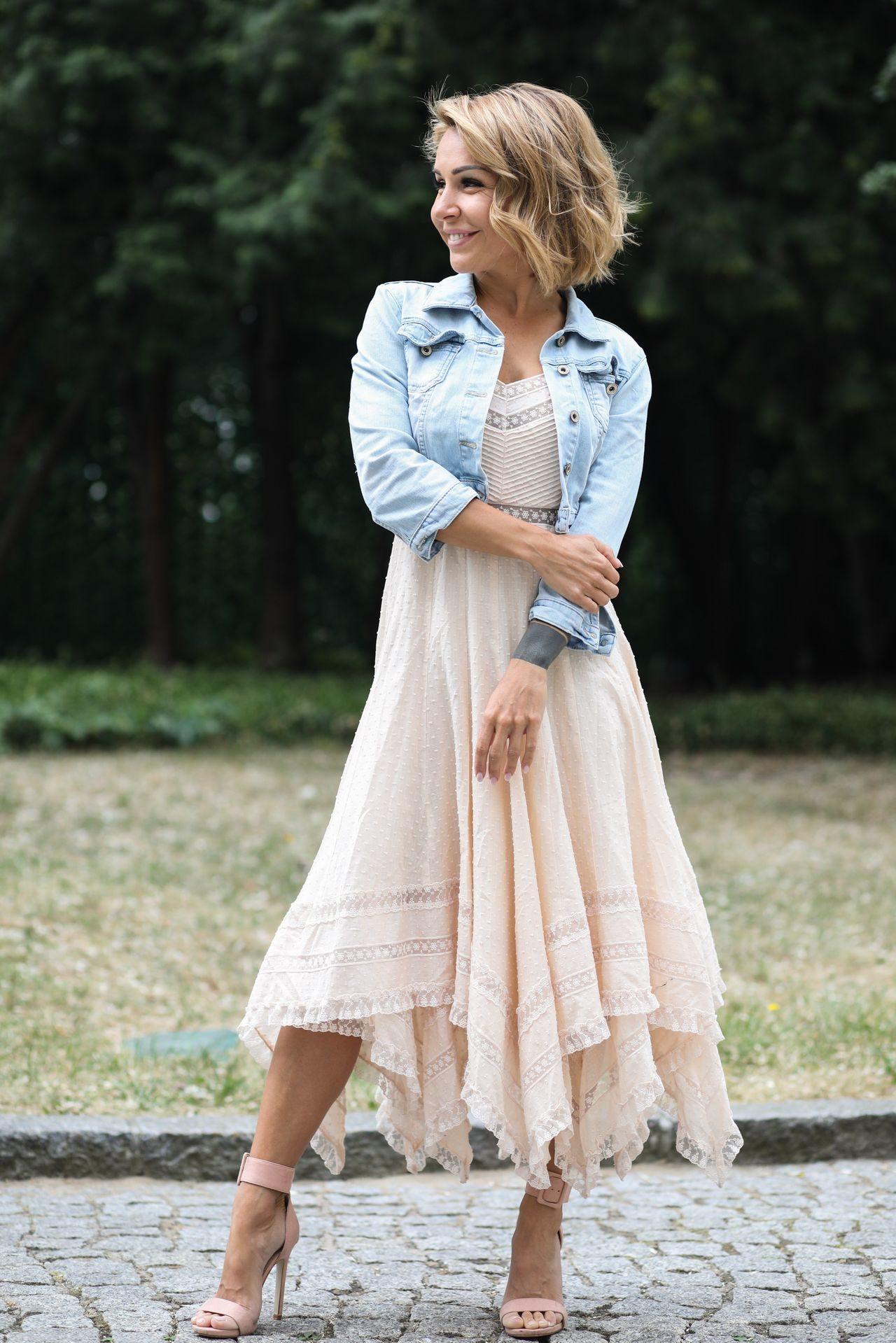Blanka Lipińska w zwiewnej sukience.