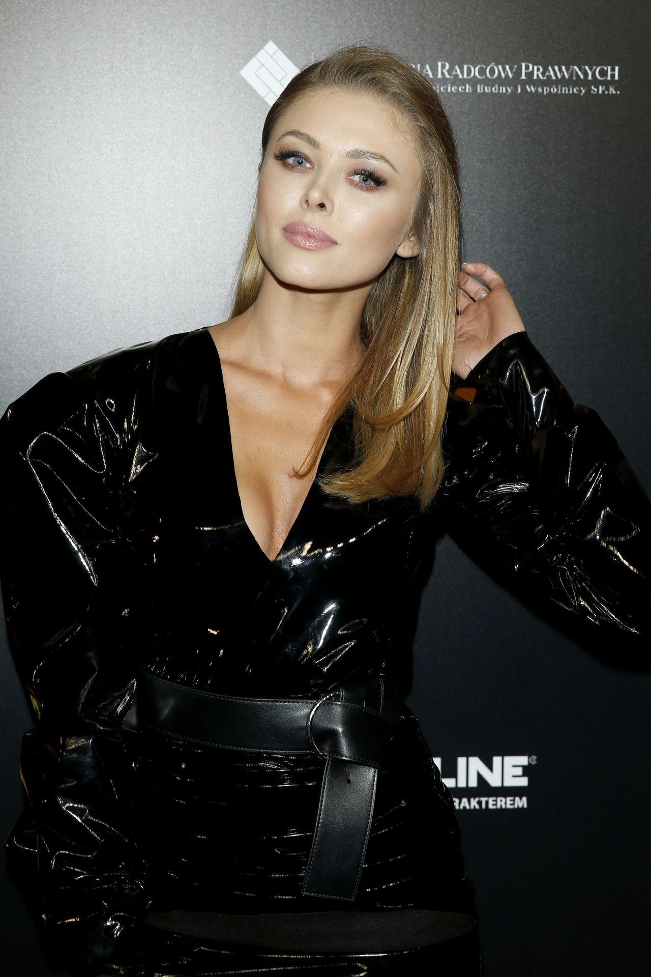 Joanna Opozda w seksownej mini na ściance.
