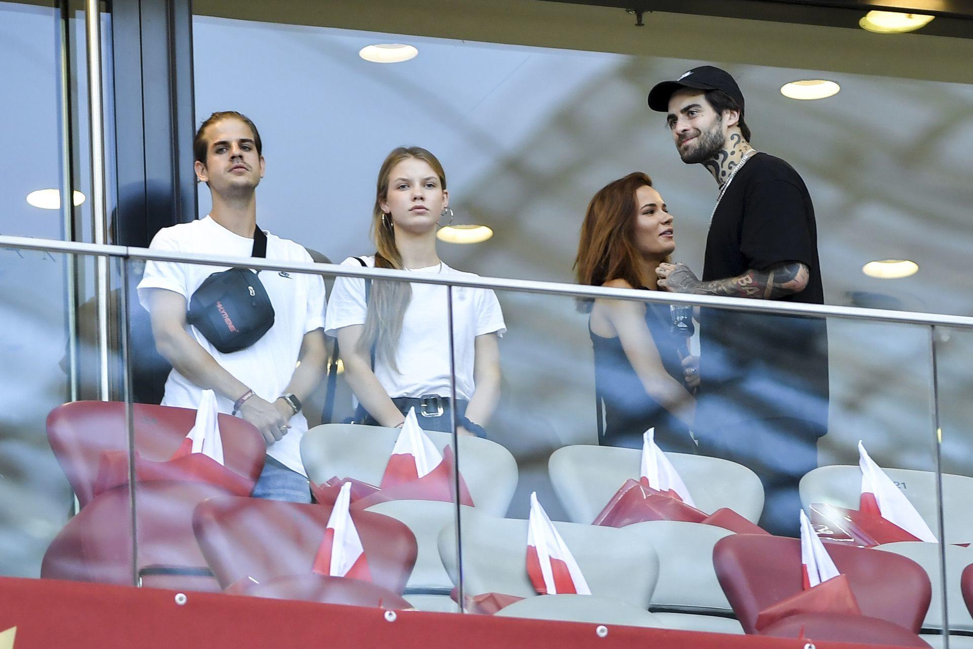 Taco Hemingway z Igą Lis i Quebonafide z Natalią Szroeder na stadionie.