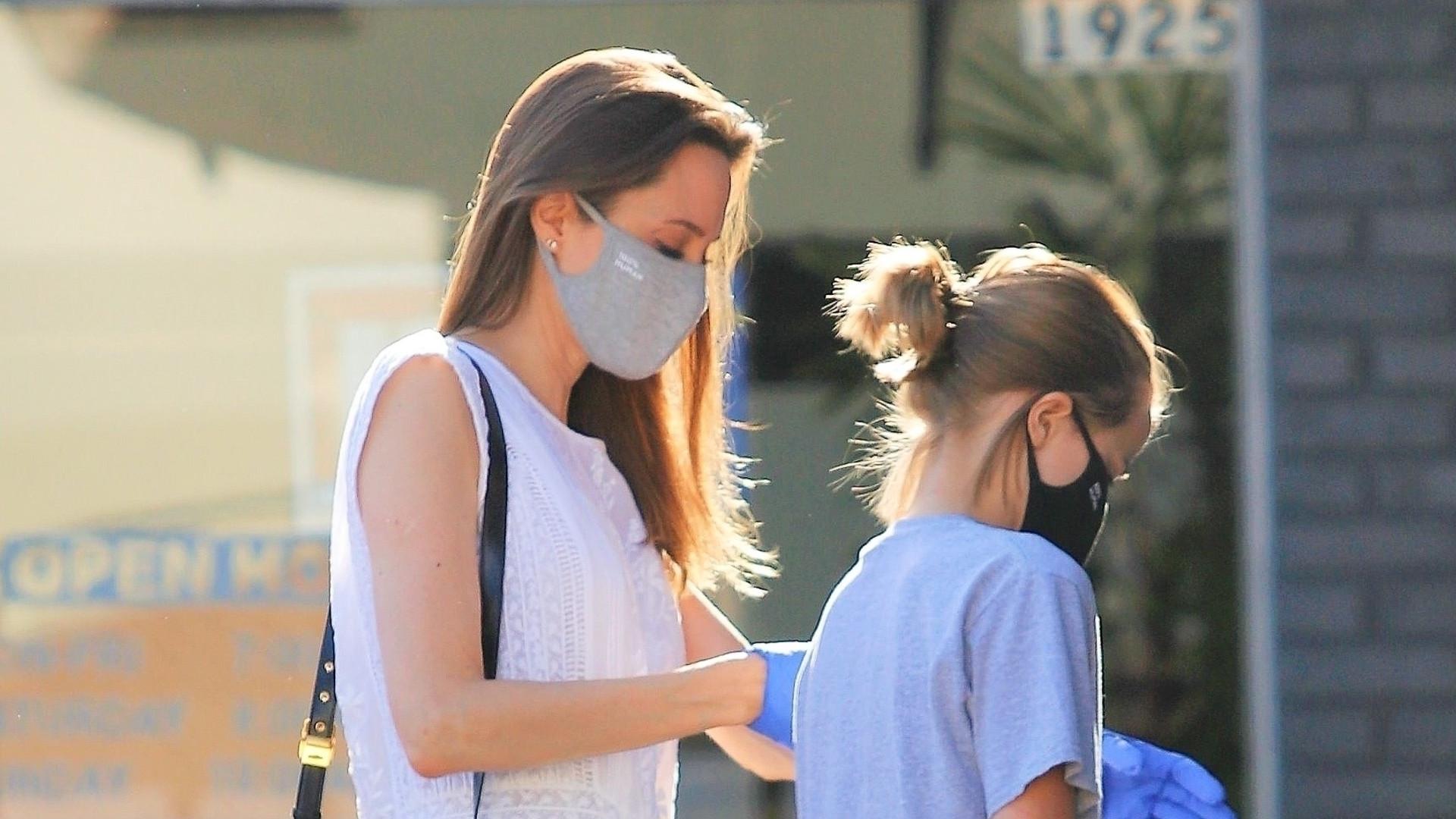 Dawno niewidziana Angelina Jolie z córką Vivienne na zakupach (ZDJĘCIA)