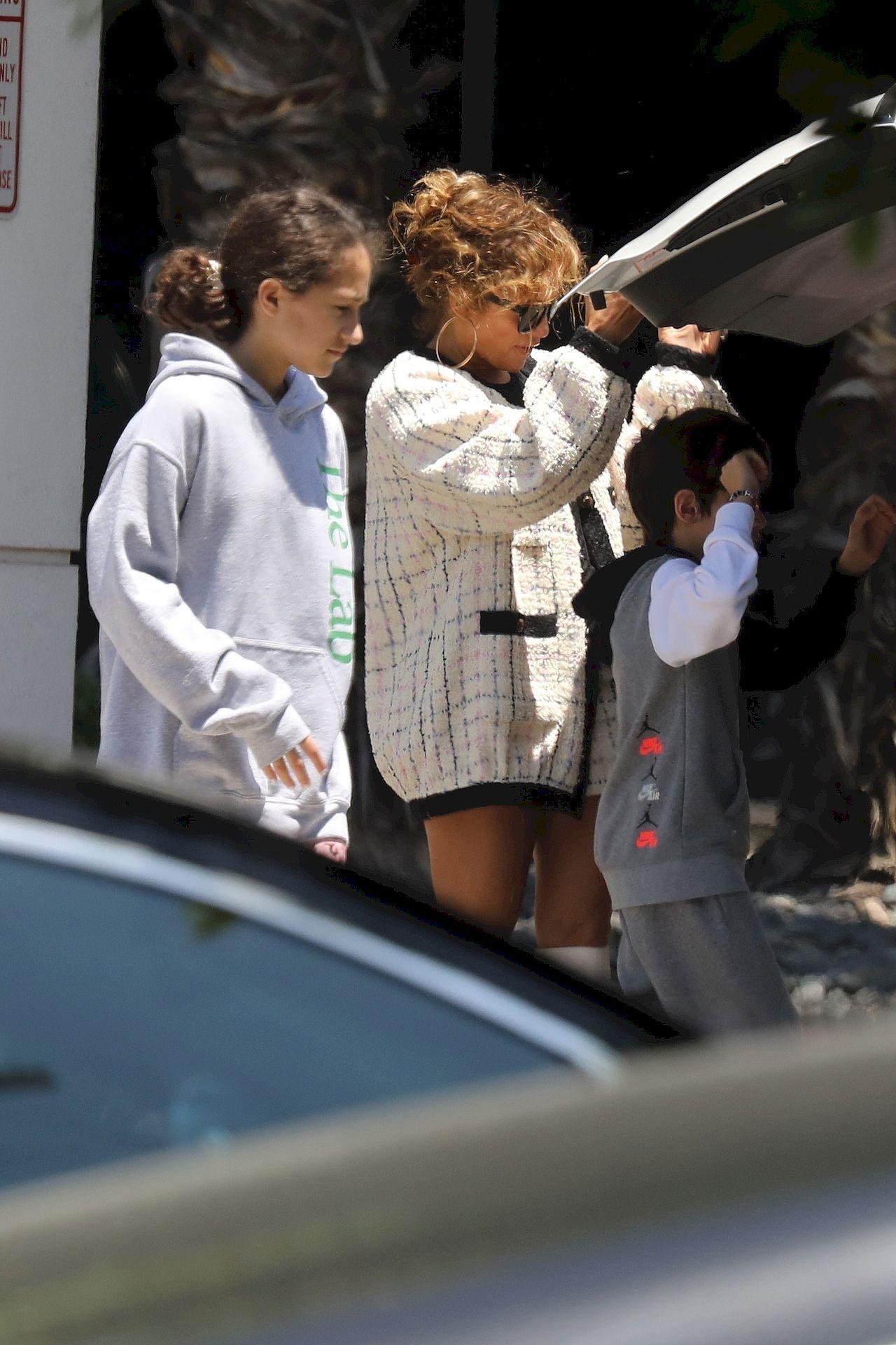Jennifer Lopez z dziećmi leci na wakacje
