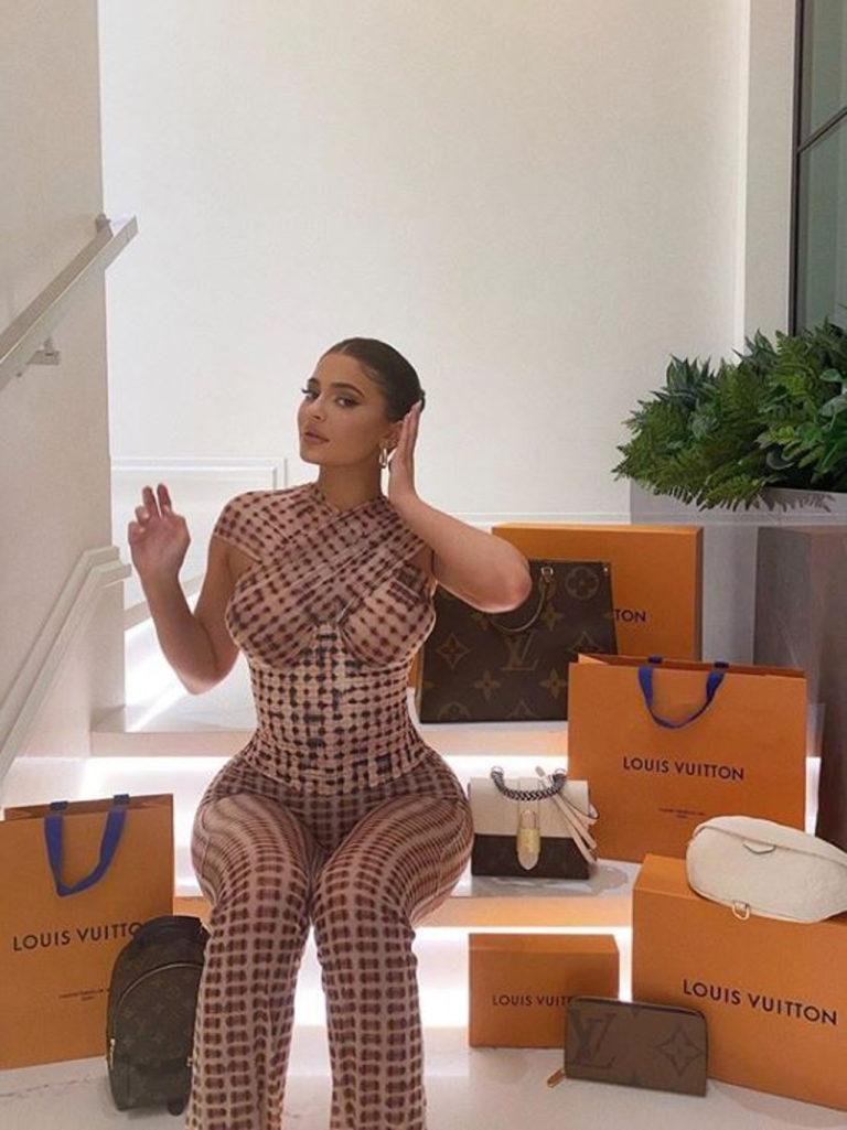 Kylie Jenner w dopasowanym topie i spodniach do zestawu.