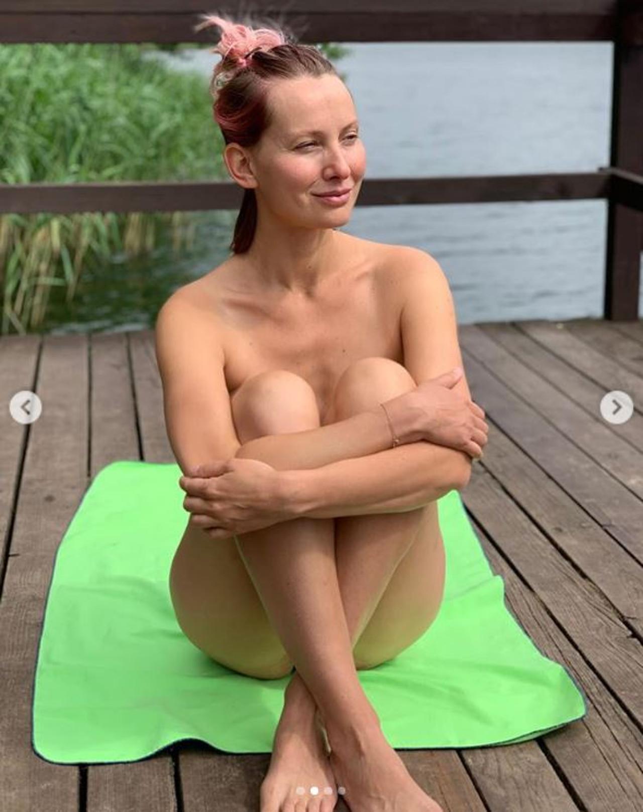 Joanna Moro topless wypoczywa na Mazurach.