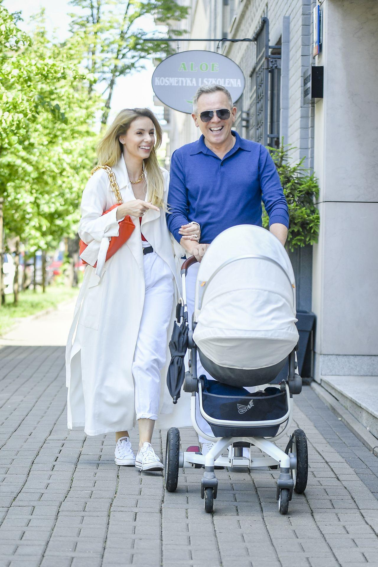 Izabela Janachowska z mężem i synem na spacerze
