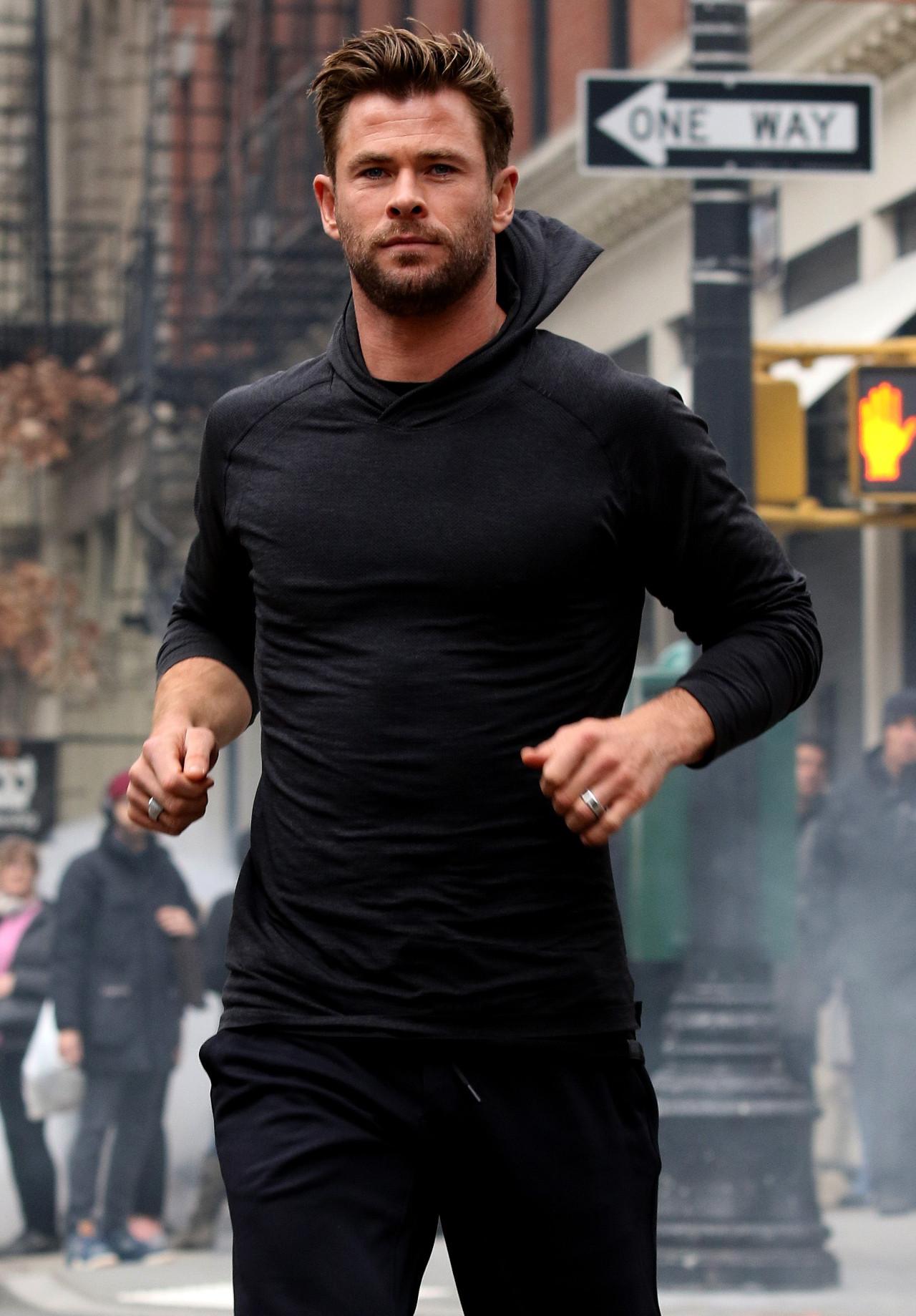 Chris Hemsworth biega po ulicach Nowego Jorku.