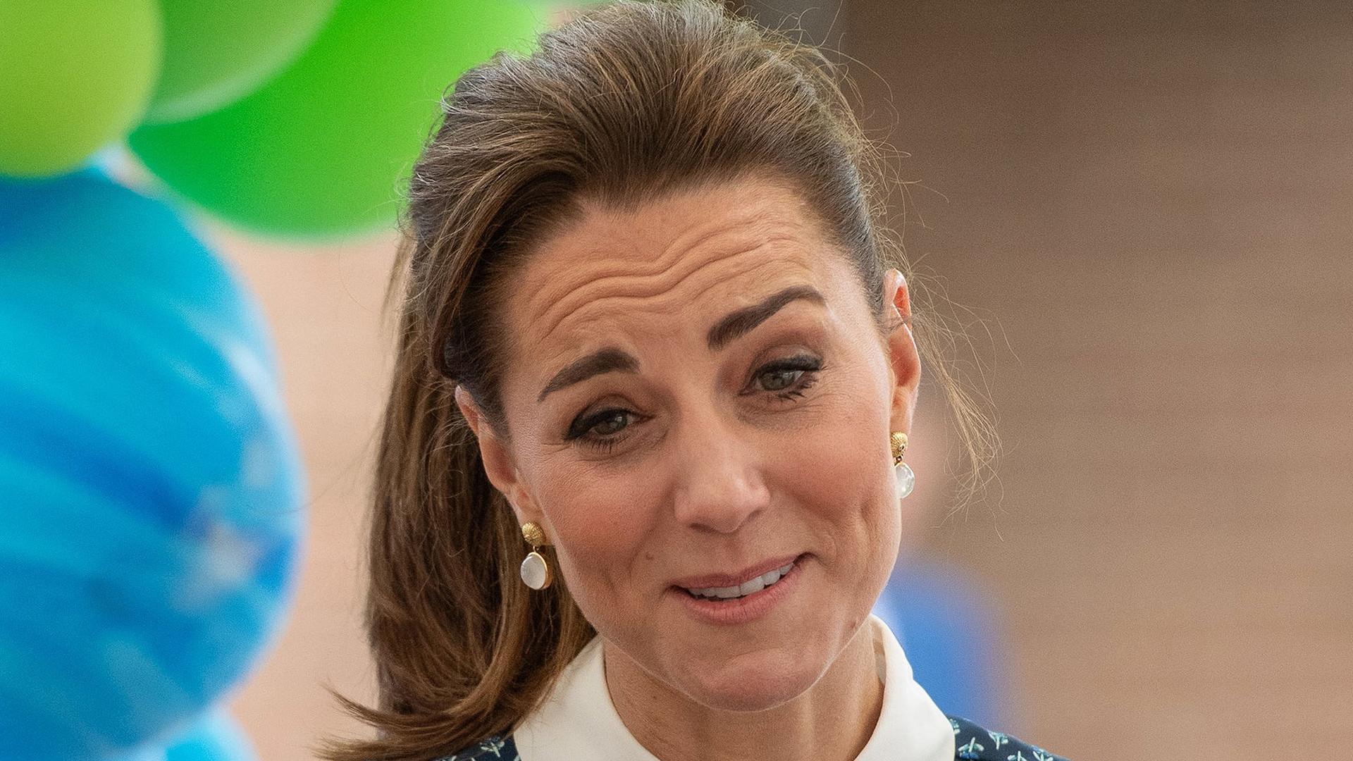Księżna Kate odwiedziła szpital, a internauci: Przestań ubierać się jak BABCIA! (ZDJĘCIA)
