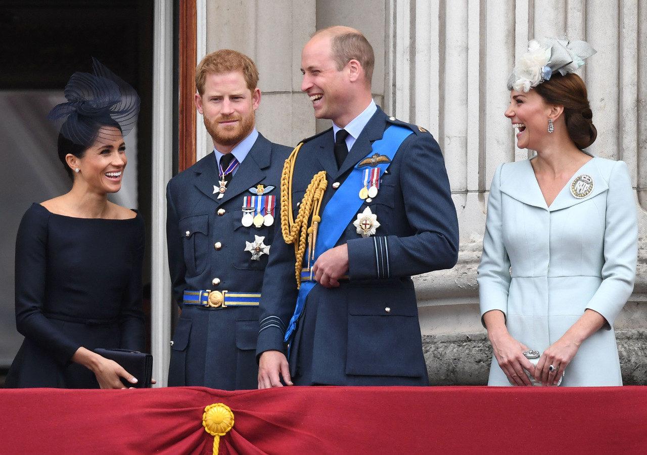 Książę William, księżna Kate, książę Harry i księżna Meghan na balkonie