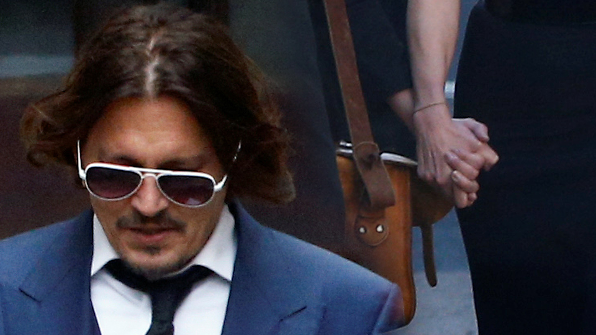 """Johnny Depp walczy w sądzie z """"The Sun"""". Pojawił się tam z byłą żoną"""