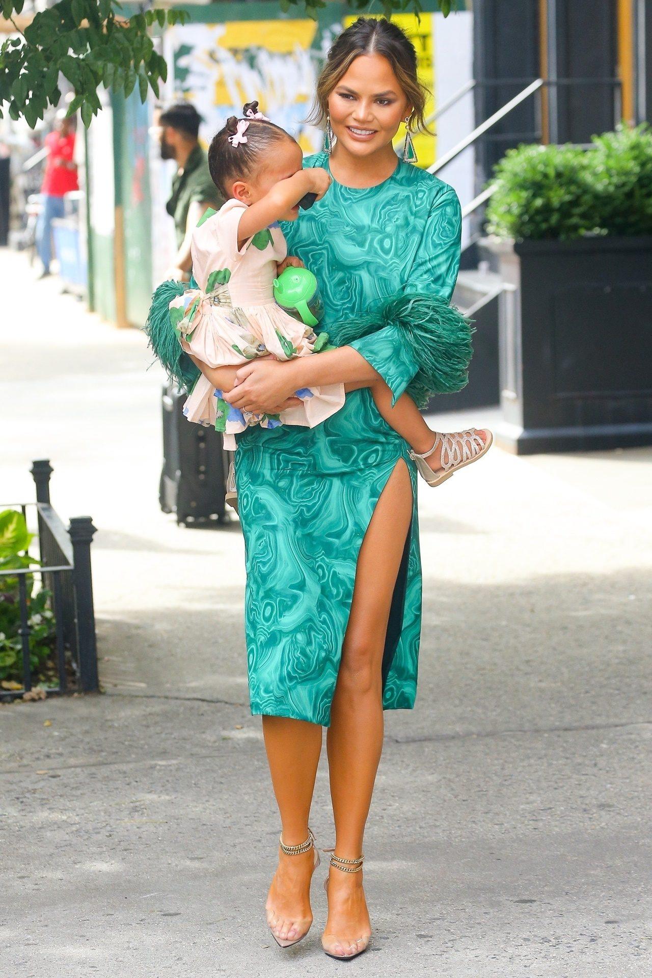 Elegancka Chrissy Teigen na spacerze z córką.
