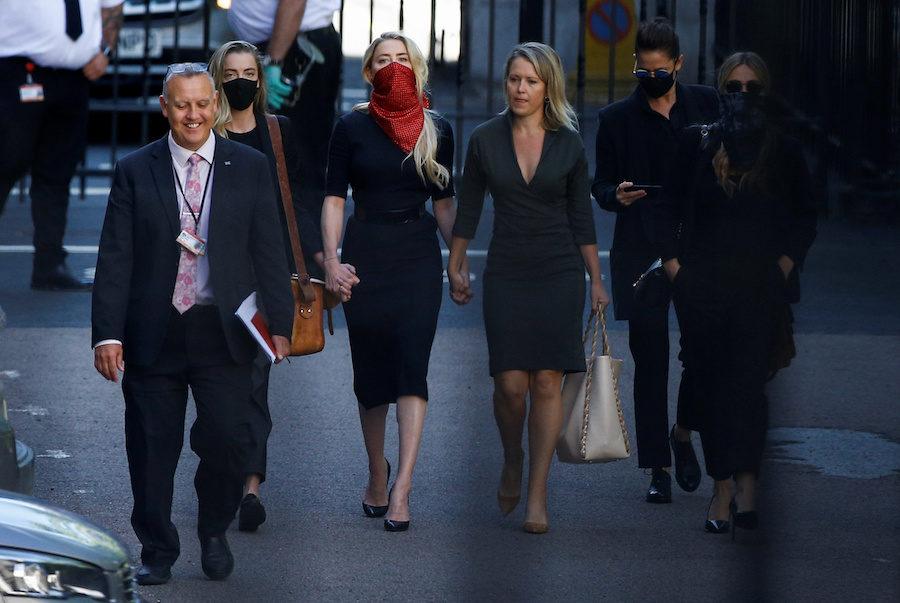Amber Heard zmierza na rozprawę sądową przeciwko Depp'owi.