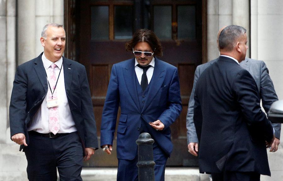Johnny Depp wychodzi z rozprawy sądowej.