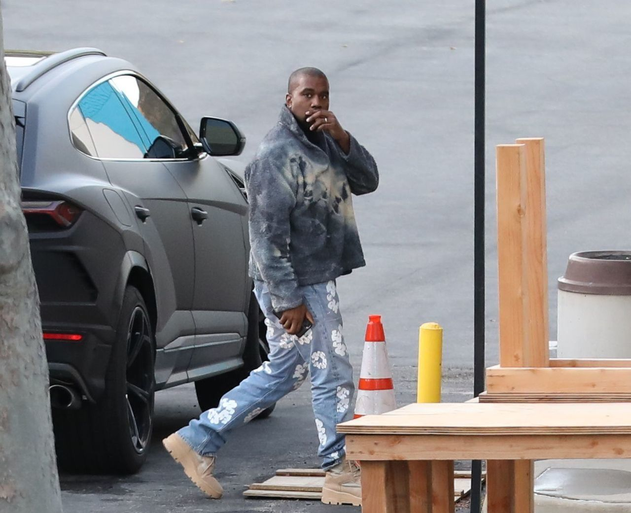 Kanye West wysiada z samochodu