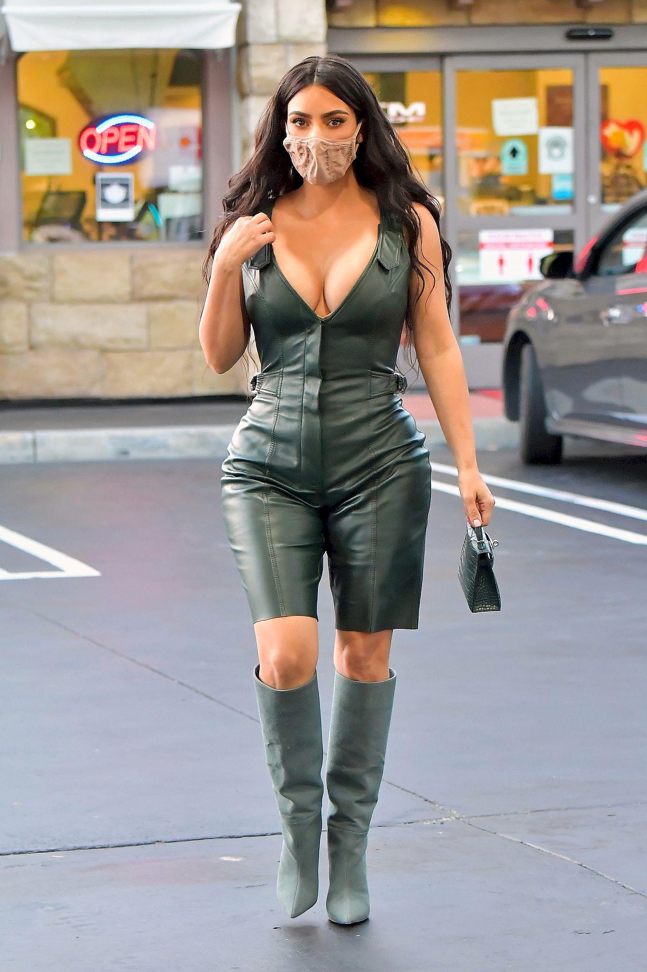 Kim Kardashian w skórzanym kombinezonie.