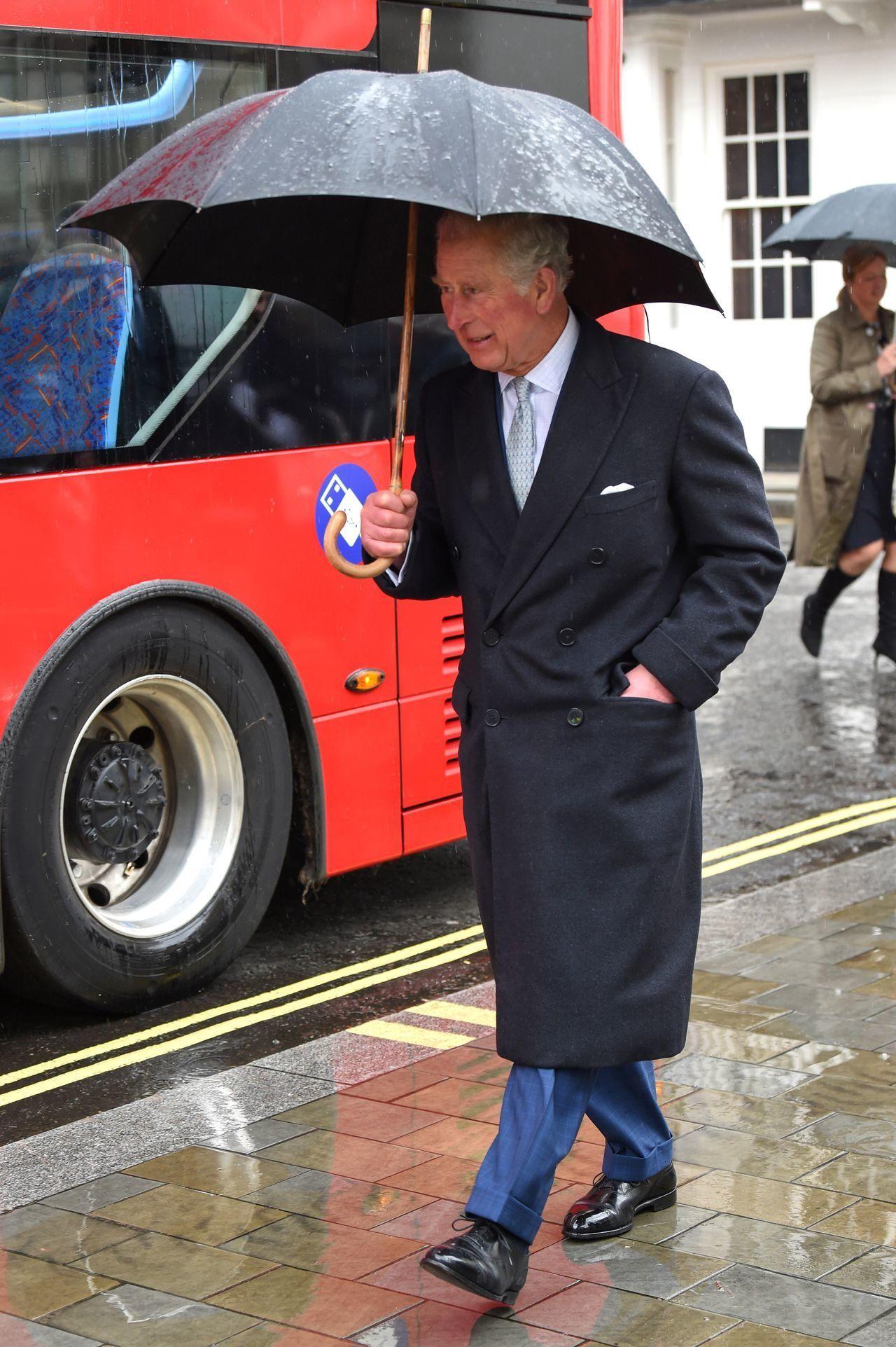 Książę Karol z parasolem