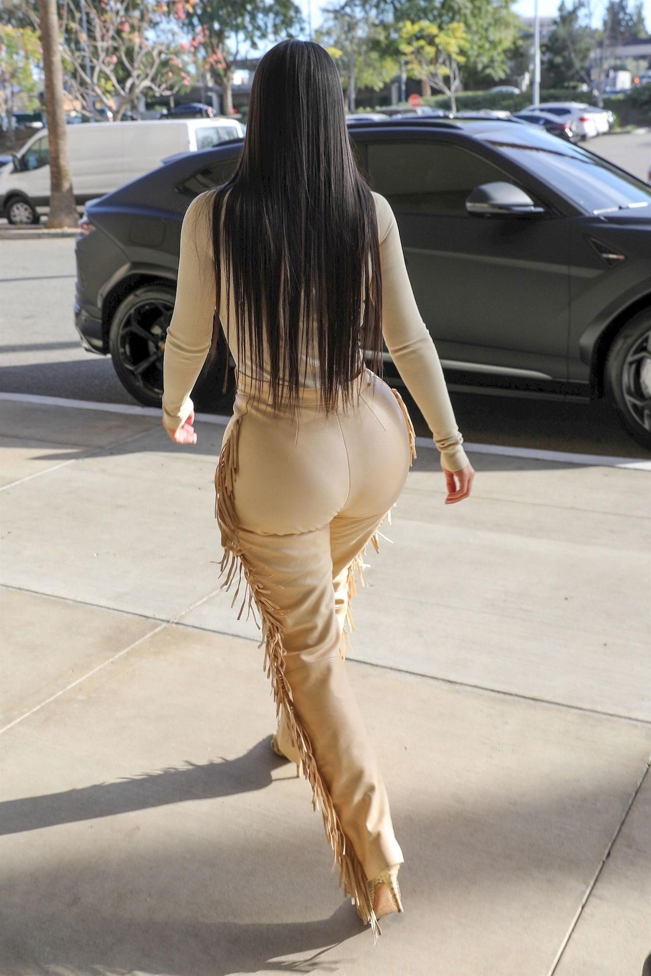 Kim Kardashian w skórzanych spodniach podkreśliła sporych rozmiarów pośladki.