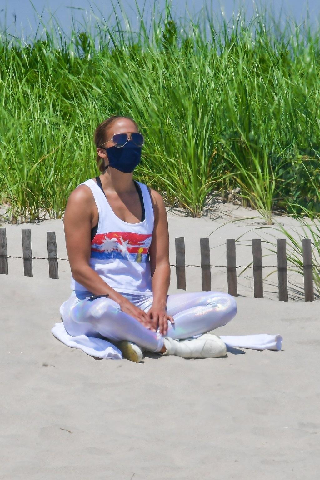 Jennifer Lopez medytuje na plaży.