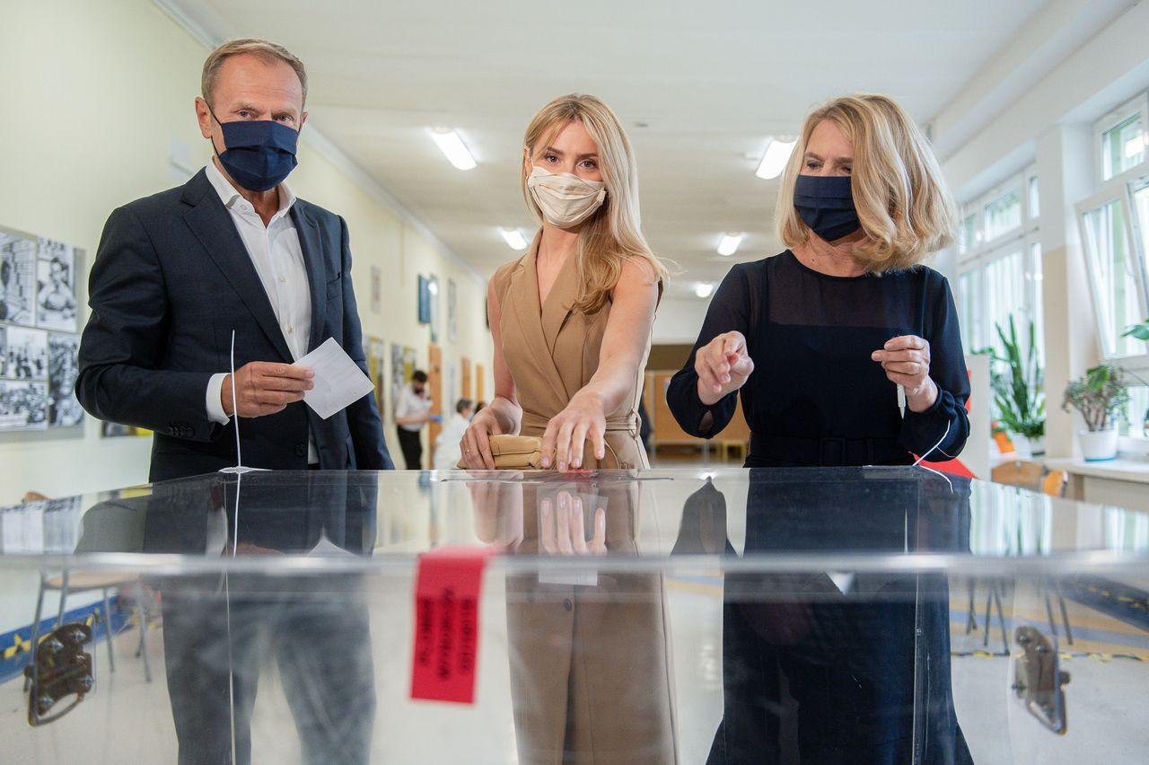 Kasia Tusk z rodzicami w lokalu wyborczym