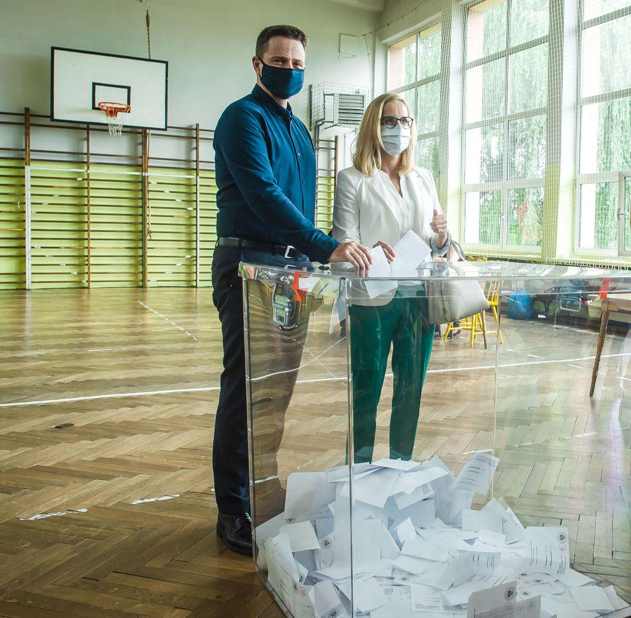 Rafał i Małgorzata Trzaskowscy w lokalu wyborczym