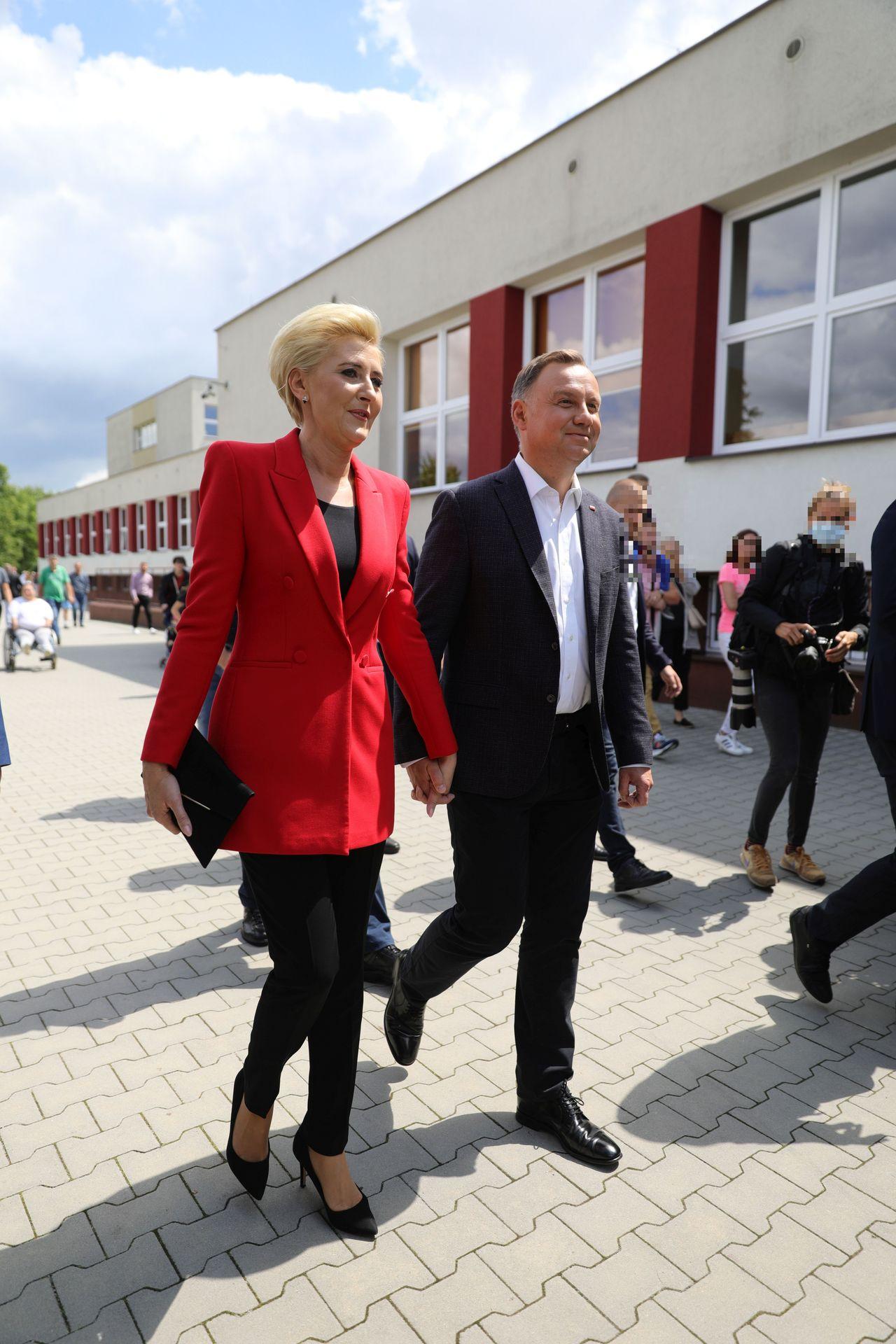 Agata i Andrzej Duda przed lokalem wyborczym