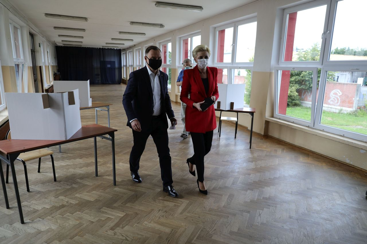 Andrzej i Agata Duda w lokalu wyborczym