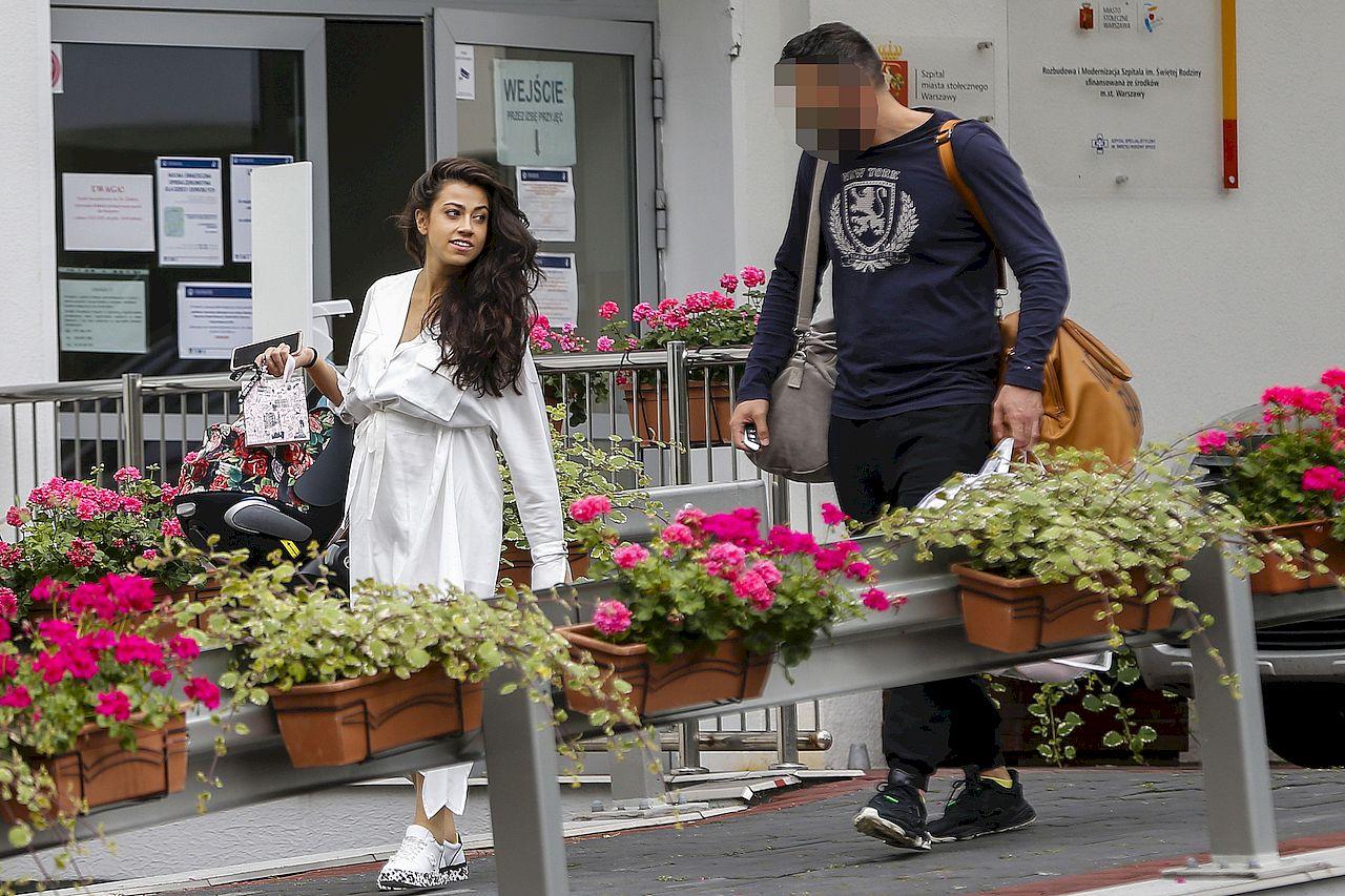 Maja Hyży z partnerem i córką wychodzą ze szpitala