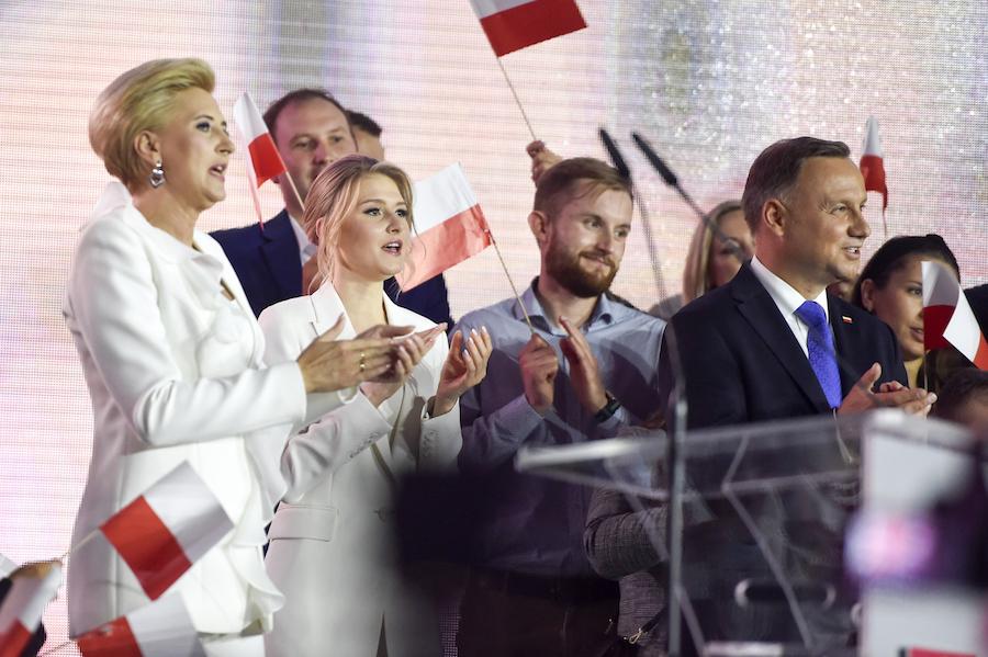 Andrzej Duda, Kinga Duda, Agata Kornhauser-Duda na wieczorze wyborczym w Pułtusku.