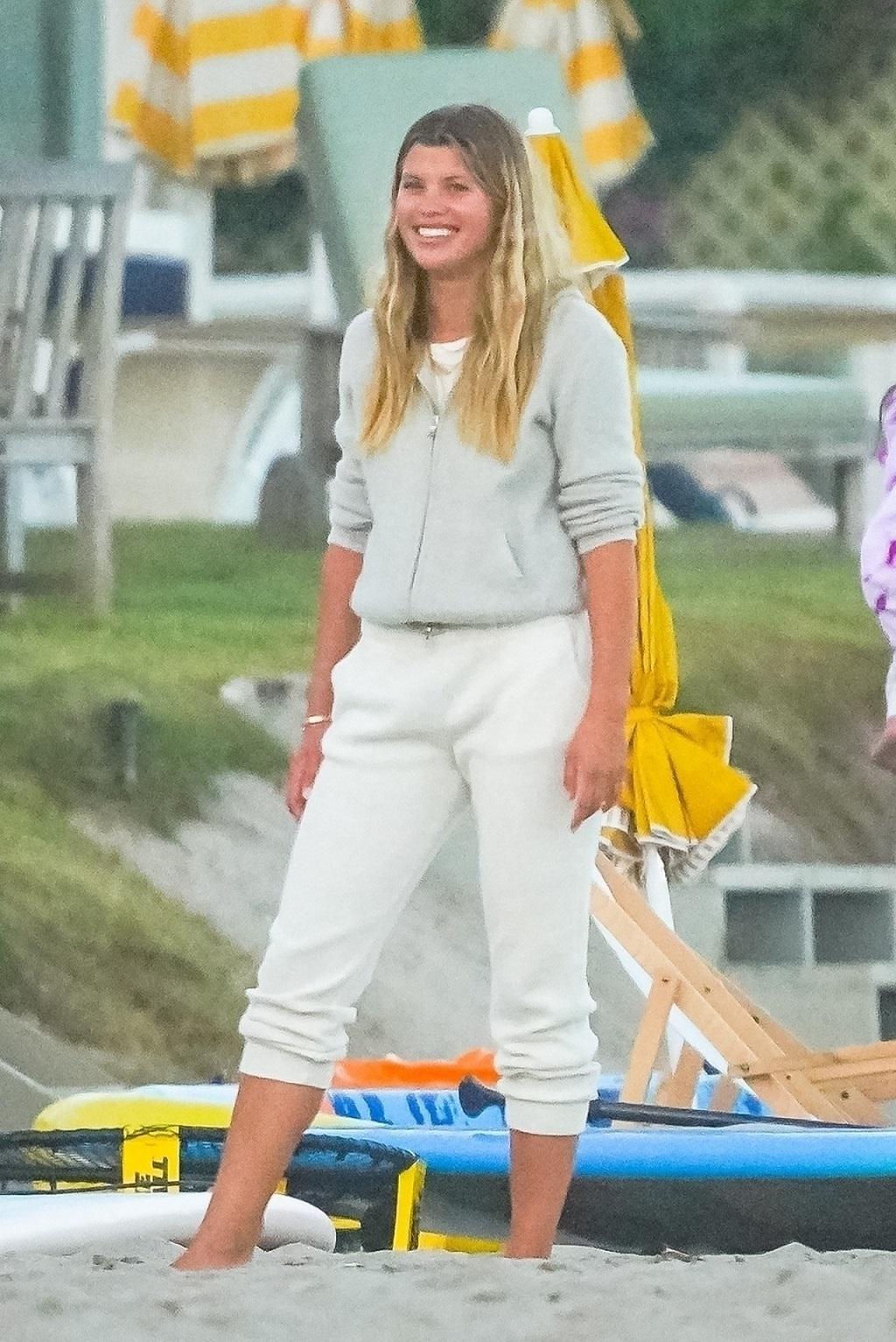 Uśmiechnięta Sofia Richie imprezuje z przyjaciółmi na plaży.