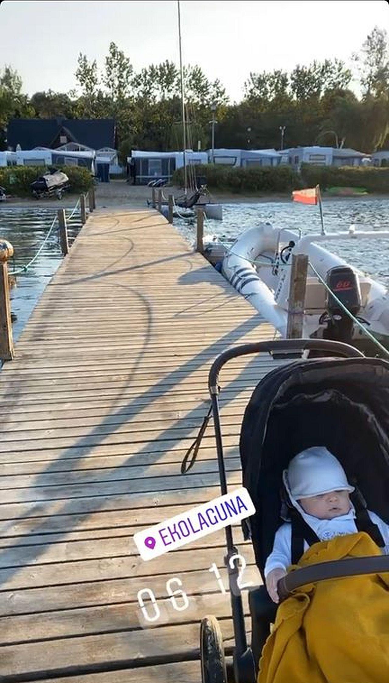 Jarosław Bieniuk spaceruje z synkiem nad morzem