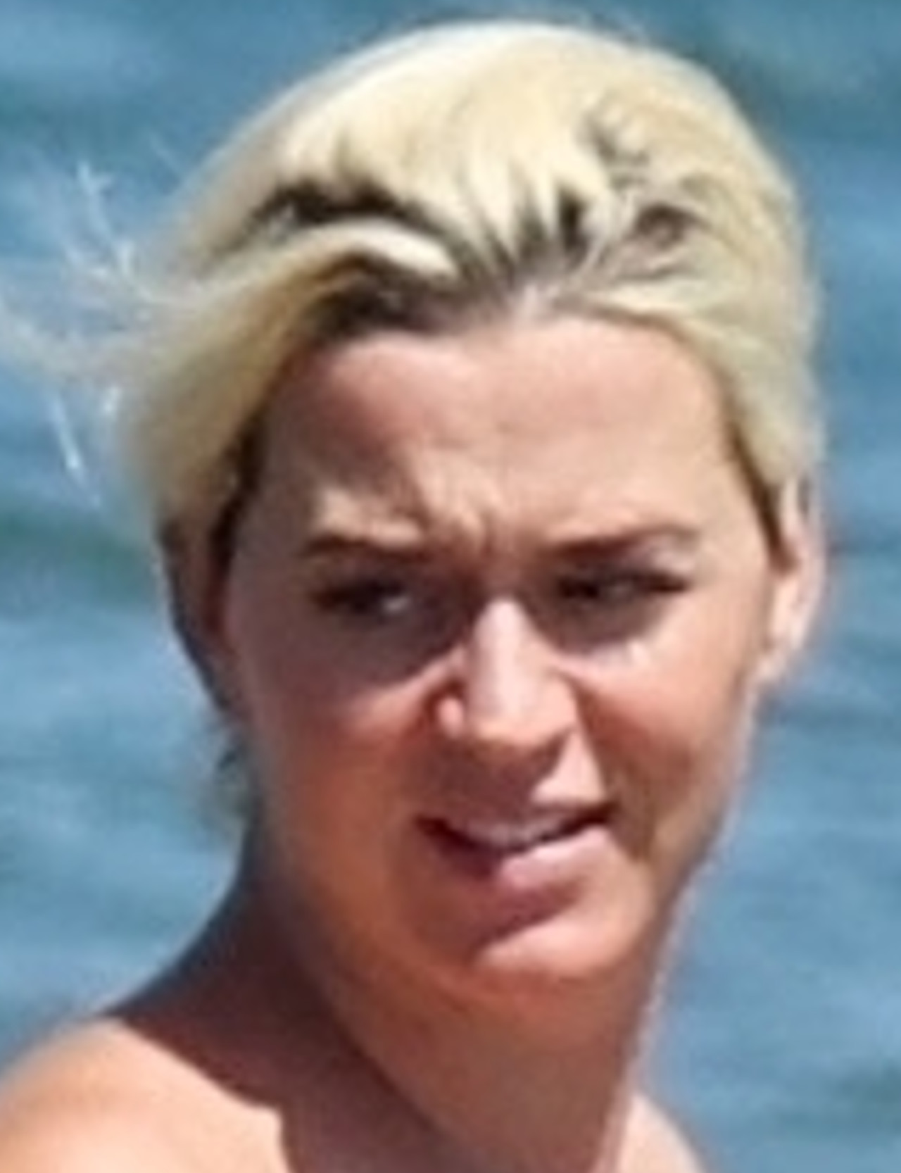 Katy Perry w zaawansowanej ciąży kąpie się w oceanie.