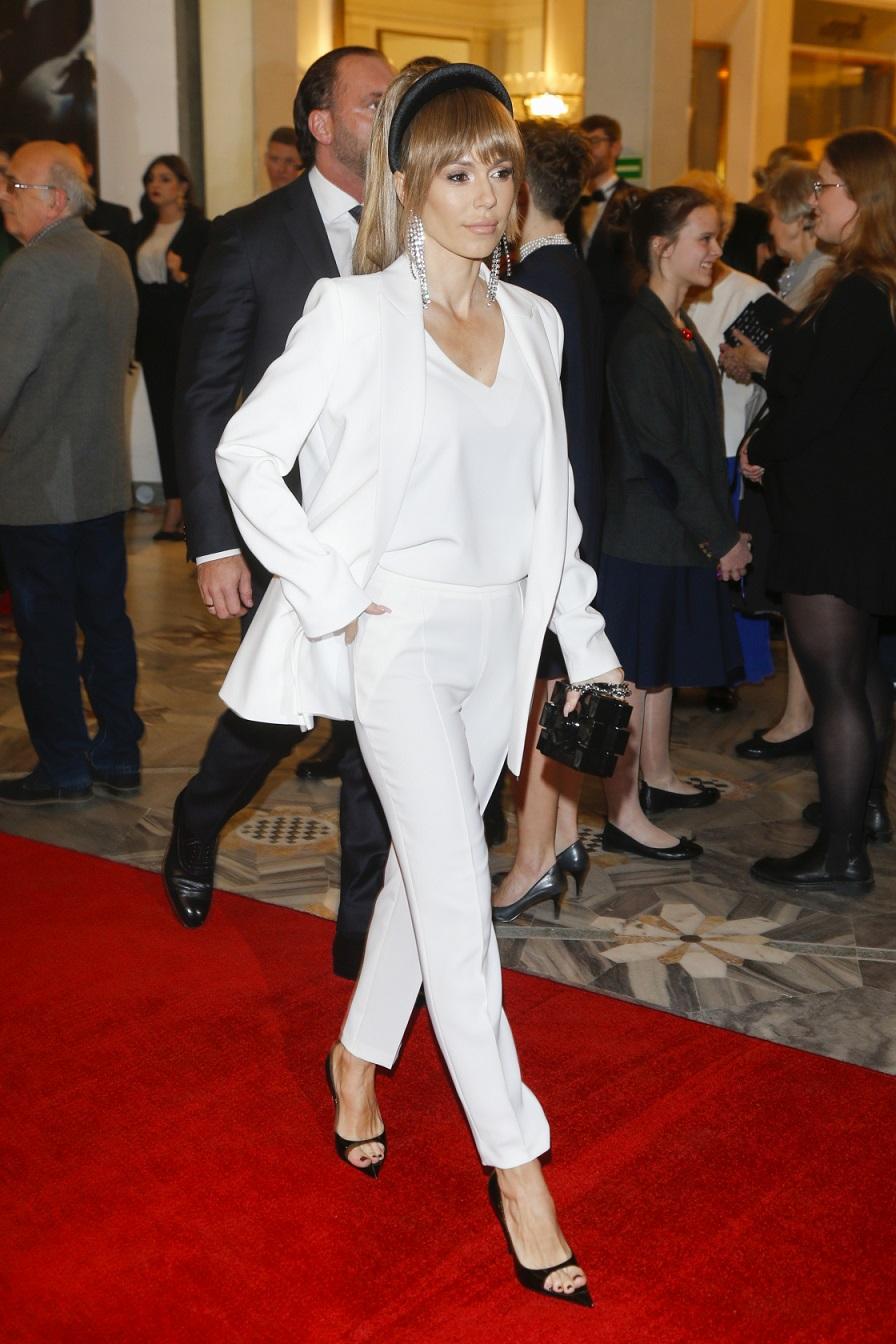 Doda w białym garniturze