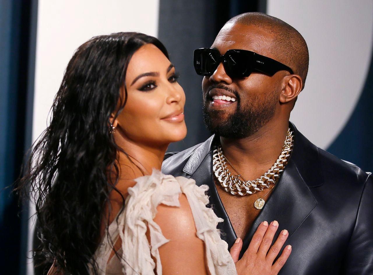 Kim Kardashian przytula się do męża na gali.
