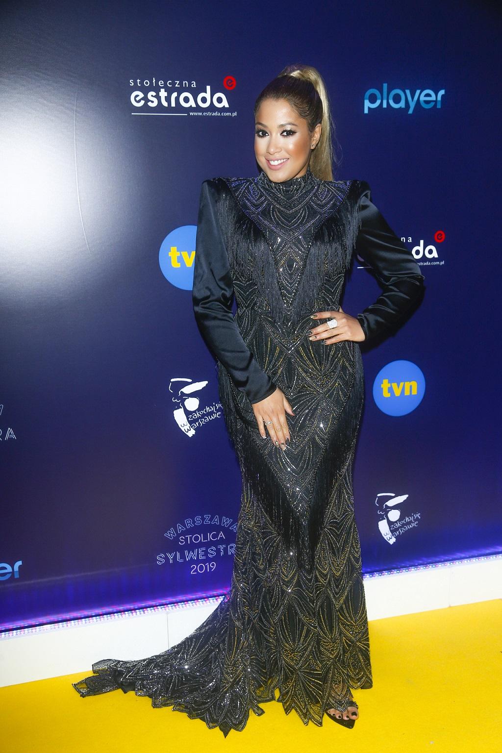 Patricia Kazadi w eleganckiej stylizacji na imprezie branżowej.