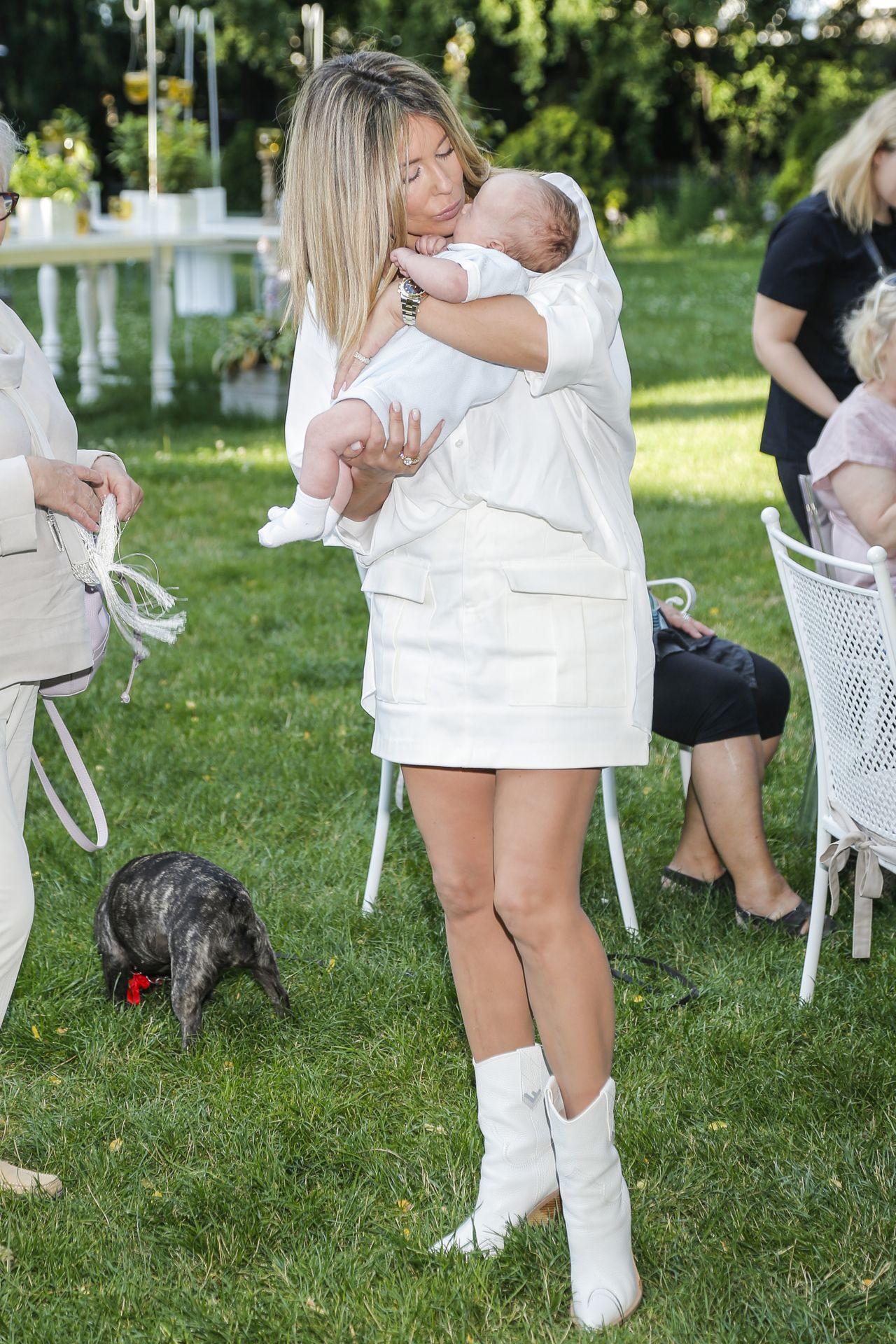 Małgorzata Rozenek z synem na rękach.