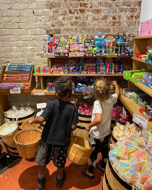 Saint i Regin w sklepie ze słodyczami